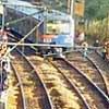 Passageiros andam nos trilhos perto da estação Jaraguá, após falha