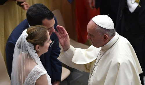 papa francisco bendiciendo matrimonio