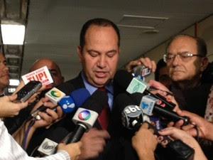 O vice-presidente nacional do PSC, Everaldo Pereira, ao anunciar que o partido não vai abrir mão da presença de Marco Feliciano na presid|ência da Comissão de Direitos Humanos da Câmara (Foto: Fabiano Costa / G1)