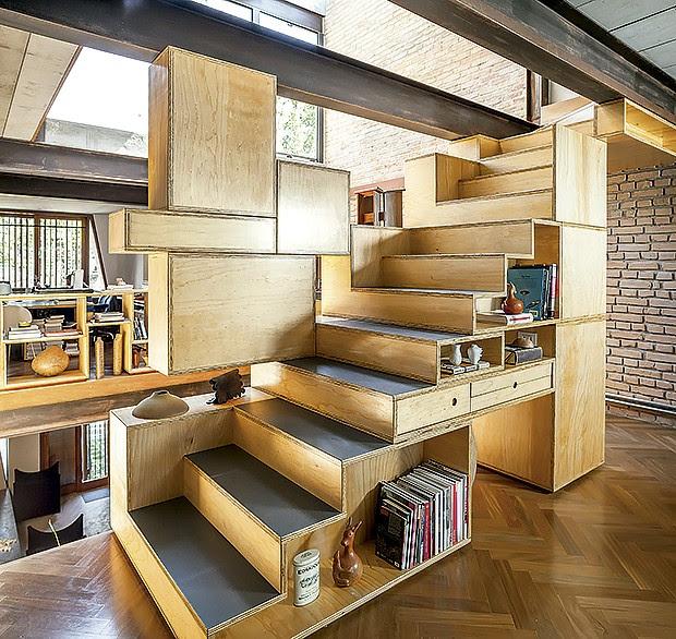 Gavetas e nichos acoplados à escada aproveitam o espaço (Foto: Edu Castello/ Editora Globo)