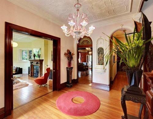 Simple door frame and light white walls are a Federation feature, the niche and arch are Victorian styles.