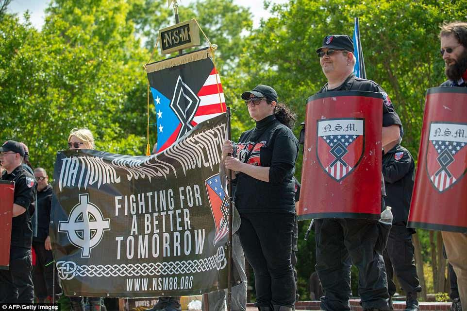 Miembros del Movimiento Nacional Socialista (MNM) y otros nacionalistas blancos se reúnen en Greenville Street Park en Newnan