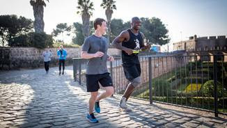 Mark Zuckerberg, fundador de Facebook, corrent per Montjuïc