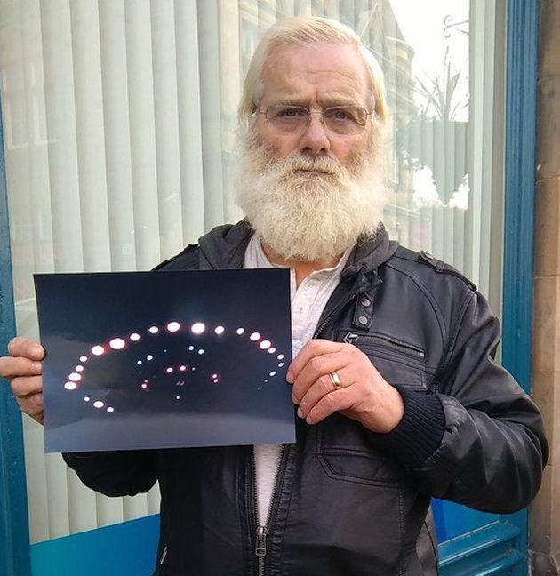 John Macdonald mostrando la foto que evidencia su encuentro cercano.