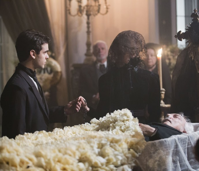 Isabel cumprimenta Augusto no velório de seu marido e disfarça a intimidade dos dois na frente de todos (Foto: Ellen Soares/Gshow)