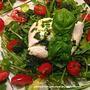 Sałatka caprese z własnym sosem pesto, podana na sałacie- nasza ulubiona