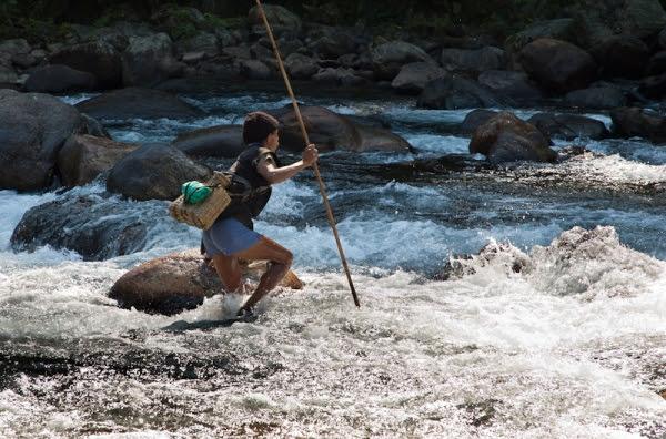 Pescador en el rio