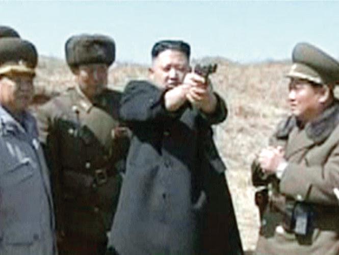 El líder norcoreano, Kim Jong-Un, prueba una pistola durante el entrenamiento del segundo batallón de su ejército. Foto: Reuters