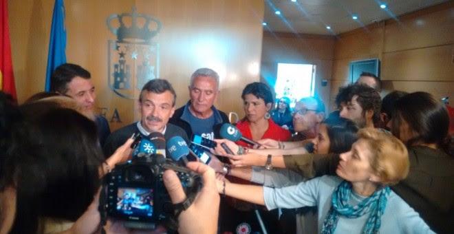 El portavoz de Podemos en la Asamblea de Madrid, José Manuel López, hace unas declaraciones junto a Teresa Rodríguez y Diego Cañamero. SAT