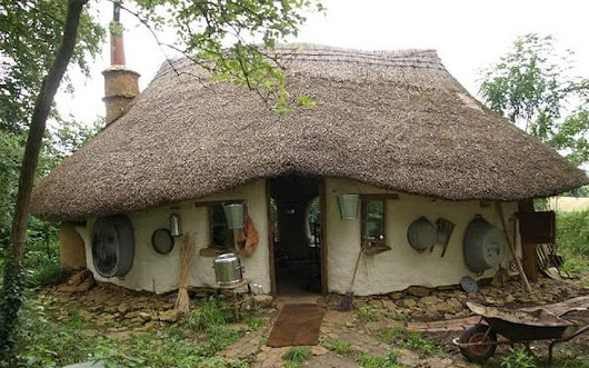 Cob house built in Oxfordshire for £150 from earth, clay and straw