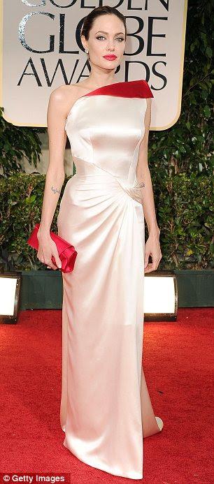Figura-abraçando: Angelina Jolie parecia incrível com seu vestido de cetim apertadas com uma divisão coxa alta e detalhe vermelho