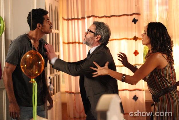 Jairo se depara com Nando na casa de Juliana e os dois saem no tapa (Foto: Carol Caminha / TV Globo)