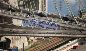 Cicloativistas colocaram faixa na Ponte Estaiada