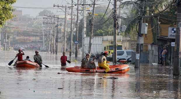 Bombeiros usam botes para resgatar moradores: ruas alagadas (Severino Silva/Agência O Dia)