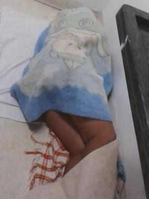 Mãe dorme em chão de hospital à espera de vaga em UTI para o filho, em Goiânia, Goiás (Foto: Reprodução/ TV Anhanguera)