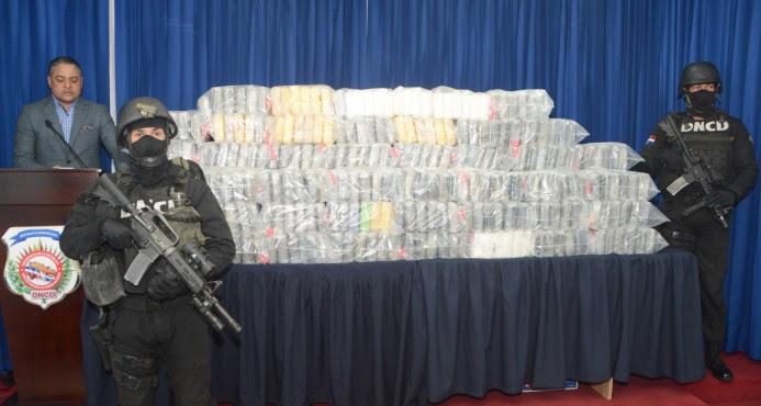 Ocupan 411 paquetes de droga y arrestan a ocho los trasportaban en una lancha