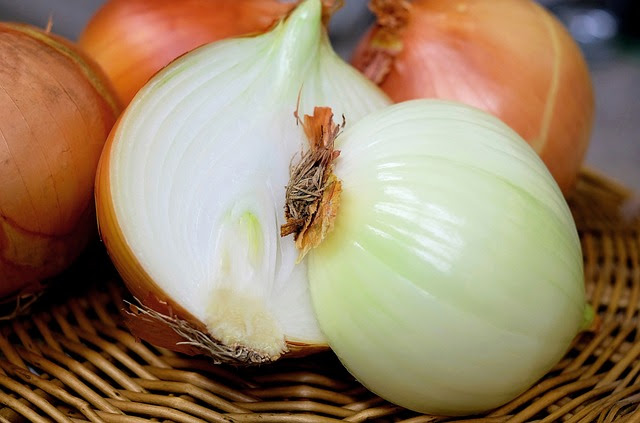 12 Unusual, Off-Grid Uses For Onions (No. 5 – Removes Splinters!)