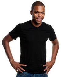 Hombre con una camisa negra y con las manos en sus caderas