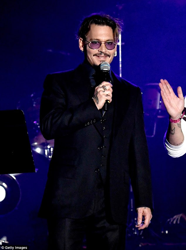 Aqui está Johnny !!  Johnny Depp fez uma aparição em um fundraiser da caridade em Los Angeles na quinta-feira noite, onde ele foi homenageado com um prêmio no concerto Kiss the 2016 Rhonda