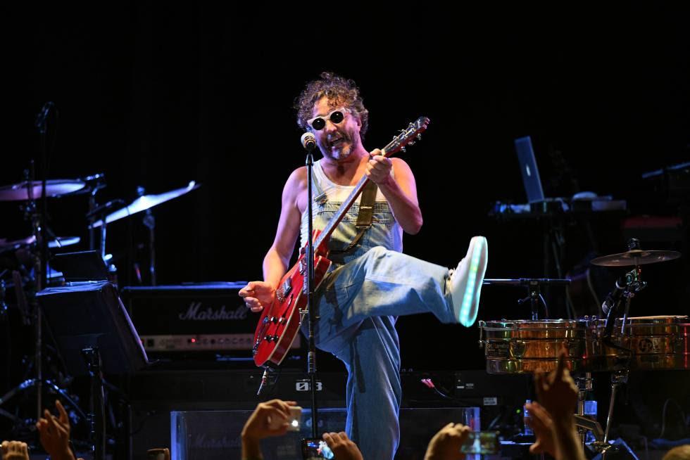 Fito Páez toca la guitarra durante el show brindado en Konex.