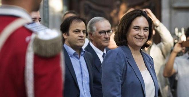 La alcaldesa de Barcelona, Ada Colau, tras la ofrenda floral al monumento a Rafael Casanova con motivo de la Diada. EFE/Marta Pérez