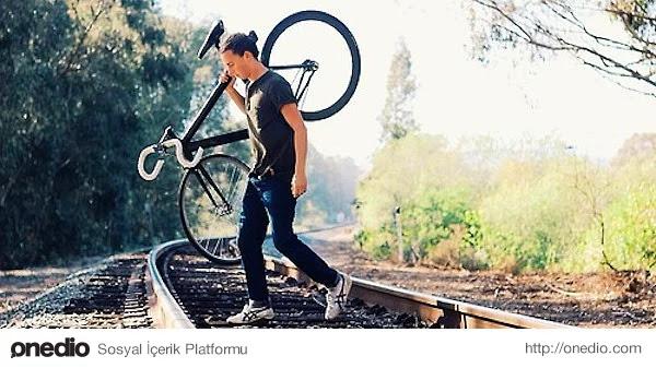 Topuzlu bir erkeğin resmi aracı bisiklettir.