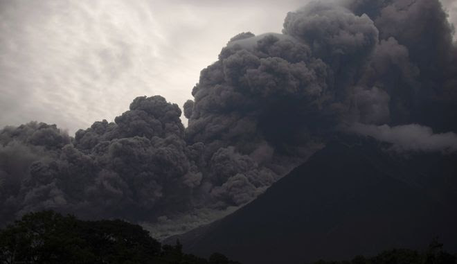 Πυκνός καπνός από το ηφαίστειο Φουέγο, που εξερράγη στην Γουατεμάλα την Κυριακή προκαλώντας το θάνατο 25 ατόμων