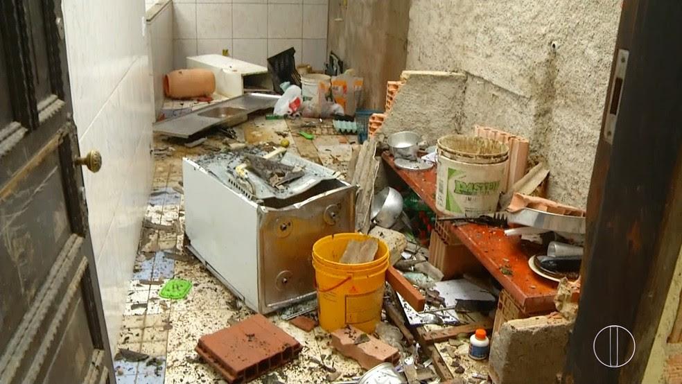 Casa do homem foi totalmente destruída pelos moradores em Petrópolis, no RJ (Foto: Reprodução/InterTV)