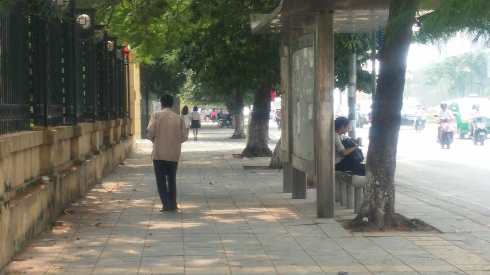 Hình ảnh Người đàn ông ôm bụng đi khắp các con đường Hà Nội số 4