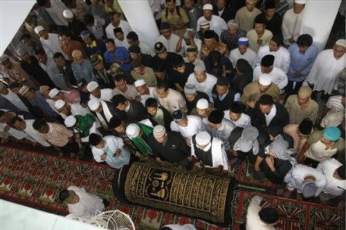 Indonesian Muslims prepare to pray in front of the coffin of Bali bomber Imam Samudra inside a mosque in Serang, Banten province, Indonesia, Sunday Nov. 9, 2008. Indonesia executed Samudra, 38, and brothers Amrozi Nurhasyim, 47, and Ali Ghufron, 48, Saturday for helping plan and carry out the 2002 Bali bombings that killed 202 people, many of them foreign tourists. (AP Photo/Achmad Ibrahim)