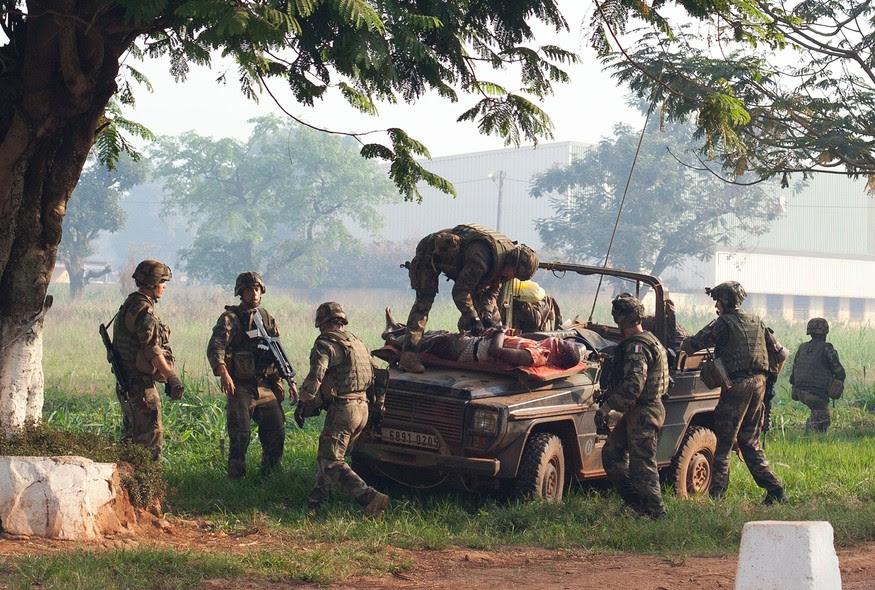 Soldados franceses socorrem homem ferido em confronto entre opositores e partidários do governo da República Centro-Africana, em Bangui. Em março, o grupo muçulmano Seleka tomou o poder. Desde então, houve um aumento de conflitos com as minorias cristãs