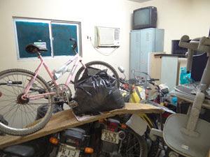 Materiais apreendidos ocupam espaço na Delegacia da Macaxeira (Foto: Luna Markman/ G1)