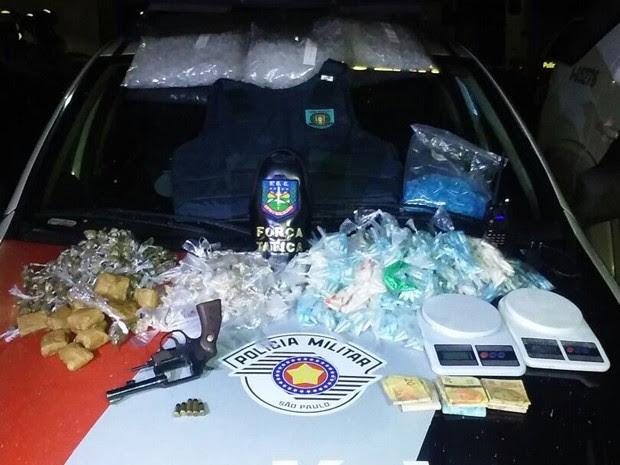 Adolescente é detido com mais de 4 quilos de droga e arma em Pinda, SP (Foto: Divulgação/ Polícia Militar)
