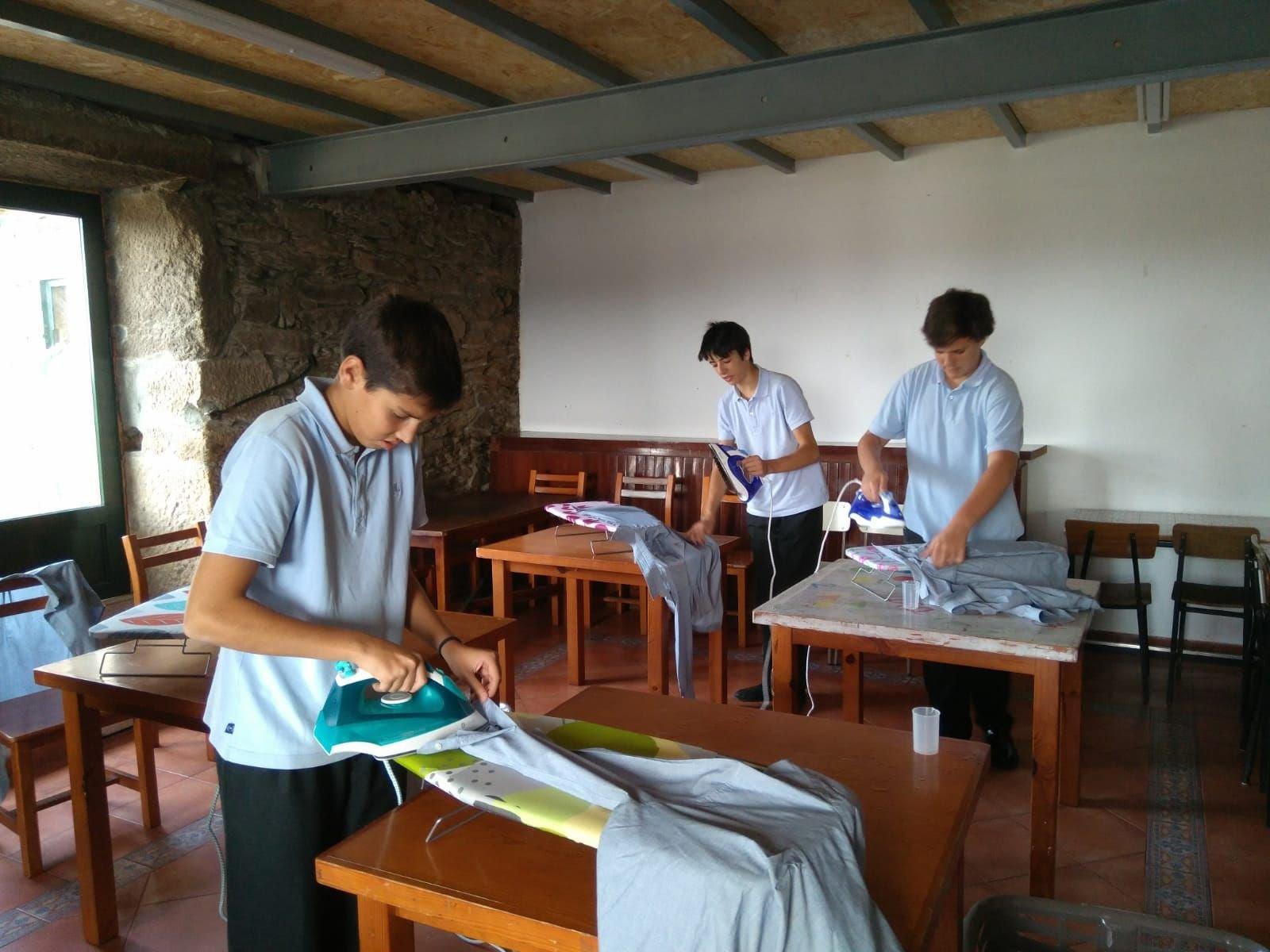 Los alumnos están aprendiendo a planchar en grupos de cinco.