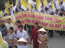 Giáo dân Tam Tòa tổ chức cuộc tuần hành hòa bình