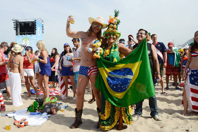 O americano no estilo country e a brasileira à la Carmen Miranda se uniram em clima de confraternização