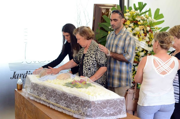 Marcos, irmão de Ana Paula Arósio, consola a mãe, Claudete (Foto: Marcos Madi / Ag News)