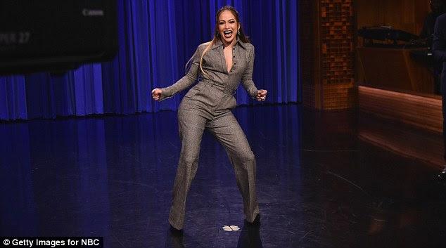 Good times: Jennifer divertiu-se enquanto jogava contra Jimmy na Dance Battle
