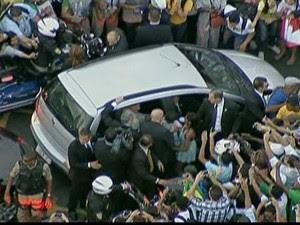 Povo cerca o carro do Papa Francisco/GNews (Foto: Reprodução Globo News)