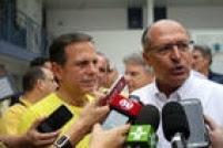 """Acompanhados por um séquito de assessores e aliados, o governador Geraldo Alckmin e e o empresário João Doria foram juntos a um colégio no Morumbi onde o governador votou. Em seguida foram ao Butantã, onde vota o empresário. """"Sem demérito para os demais candidatos, o meu voto vai para o João Doria. Ele traz uma experiência do setor privado. São Paulo está precisando dar uma acelerada"""", disse Alckmin"""