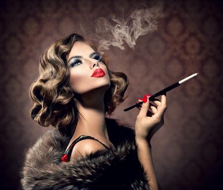 Mujer retra con Boquilla Vintage Styled Beautiful Lady Foto de archivo - 29848631