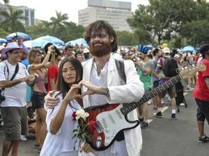 Representando John Lennon e Yoko Ono, integrantes do Sargento Pimenta fazem coração com as mãos (Foto: Luciano Oliveira/G1)