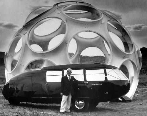 Buckminster Fuller posando ao lado da sua invenção