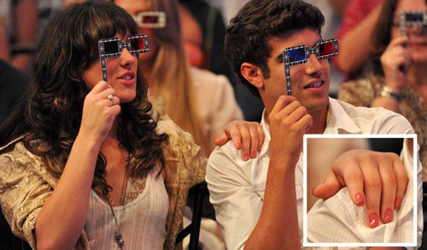 Patrícia (Adriana Birolli) e Antenor (Caio Castro) assistindo ao desfile 3D da Fio Carioca (Foto: Divulgação/ TV Globo)