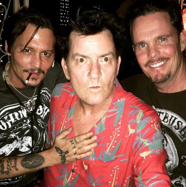 Johnny Depp, Charlie Sheen e Kevin Dillion (Foto: Reprodução/Instagram)
