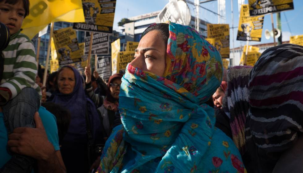Los refugiados y refugiadas se manifiestan para pedir la apertura de las fronteras y vías seguras, en Atenas.