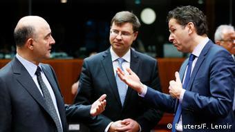 O αντιπρόεδρος της Κομισιόν Βάλντις Ντομπρόβσκις (κέντρο) και ο επίτροπος Πιερ Μοσκοβισί (αριστερά) συνεχίζουν να ασκούν πίεση για μια συμφωνία που θα ικανοποιεί τόσο τους δανειστές όσο και την Αθήνα