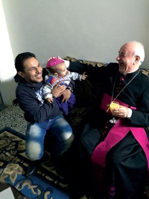 Monsignor Paglia con una famiglia  di cristiani di Damasco.
