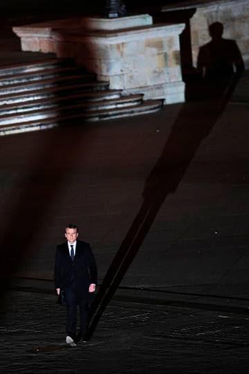 Macron camina hacia el Museo del Louvre el día de su elección presidencial.