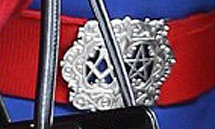 Αυτή η μαζική πόρπη διαθέτει το μασονικό πυξίδα και το τετράγωνο και ένα πεντάγραμμο - άλλο ένα σημαντικό μασονικό σύμβολο χρησιμοποιείται στην τελετουργική μαγεία.